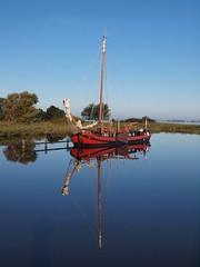 Spiegelboot (reuas ogni) Tags: boot schiff boat ship reflection spiegelung olympus zuiko isoz wasser water blau blue landschaft lanscape himmel sky mirror spiegel colorful bunt holland niederlande netherlands nederland 300 ft 43 esystem e620 300faves