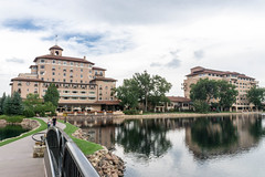20170831-153739 (fritzmb) Tags: colorado coloradosprings event keyword northamerica place source sourcefritzmb usa bridge building descriptor hotel lake landscape nature public structure vacation water