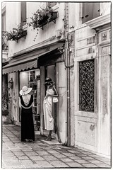 Le modèle (bertranddorel) Tags: monochrome femme woman noiretblanc street rue bw blackandwhite venise chapeau robe urban human nikon venice