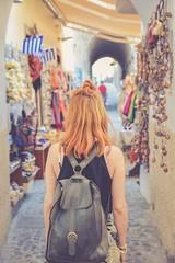 chica-mochila-zoco (Valua Travel) Tags: chica espaldas vertical mochila pelirroja mercadillo zoco compras verano