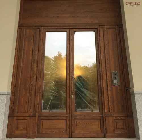 Portone in legno di Castagno spazzolato - Residenza Smeraldo