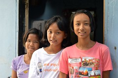 pretty teenagers in front of a doorway (the foreign photographer - ฝรั่งถ่) Tags: three pretty teenagers girls doorway khlong thanon portraits bangkhen bangkok thailand nikon d3200