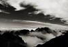 Montanhas recortadas em ambiente sombrio (JoFigueira) Tags: montanhas mountains pretoebranco monocromático monochrome blackandwhite bw núvens clouds caminho path céu sky contraste contrast madeira madeiraisland picodoareeiro portugal