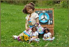 Milina und die Minis ... (Kindergartenkinder) Tags: sommer blumen personen kindergartenkinder garten blume park annette himstedt dolls milina leleti wasserschlosslembeck