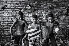 Boys being boys (fcribari) Tags: brasil brazil fujifilm nascedourodepeixinhos olinda peixinhos pernambuco recife x100t blackandwhite blancoynegro boy boys child children decay fotografiaderua monochrome papagaio pipa pretoebranco smile street streetphoto streetphotography
