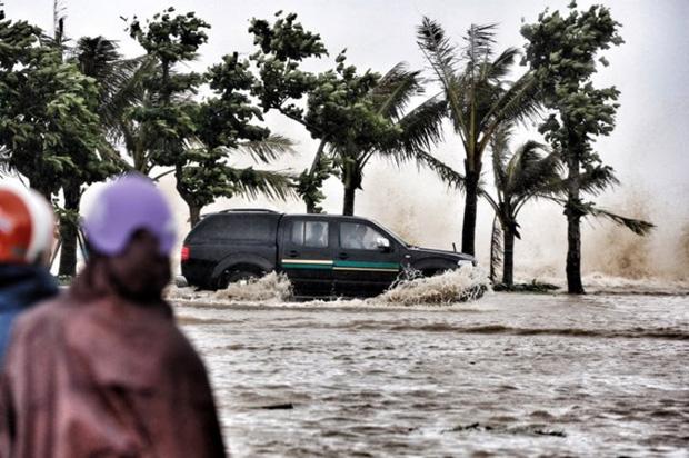 [ẢNH] Bão số 10 vào bờ: Bãi biển Sầm Sơn tan hoang trong sóng dữ - Ảnh 4.