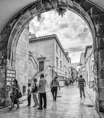 "Paseando por Zadar (AITANA64) Tags: aitana64 blackandwhite whiteblack nikond7000 zadar croacia flickrawards flickraward5"" flickrawardgallery flickrestrellas flickrunitedaward"