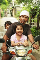 children on motorcycle (the foreign photographer - ฝรั่งถ่) Tags: two girl children kids motorcycle man driver khlong thanon portraits bangkhen bangkok thailand canon kiss