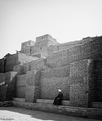 Edfu (Inaki Iglesias) Tags: wall egipto egypt edfu asuan aswan travel viaje blanco negro black white ruins ruinas templo temple people life