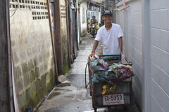 sweet faced recycle man with his cart (the foreign photographer - ฝรั่งถ่) Tags: sweet faced recycle man cart motorcycle khlong thanon portraits bangkhen bangkok thailand nikon d3200