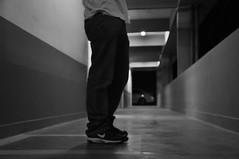 DSC_0117 (medeirosisabel16) Tags: guaratingueta etec school escola peb bw preto branco black white path caminho people legs pernas corredor hall