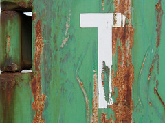 T auf Grün (MKP-0508) Tags: layenhof mainz finthen mainzfinthen container containerkunst verfall decay evanescence rost rust rouille green grün vert t kübel zerkratzt