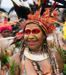 girl orange round eyes (kthustler) Tags: goroka singsing papuanewguinea tribes huliwigmen mudmen