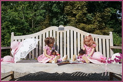 Milina und Margie ... Lesestunde im Park ... (Kindergartenkinder) Tags: schlossanholt dolls himstedt annette park kindergartenkinder sommer wasserburg personen isselburg garten margie milina leleti