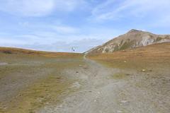arrivée au Pas de Lona (bulbocode909) Tags: valais suisse grimentz valdanniviers plainedelona pasdelona montagnes nature sentiers nuages paysages vert bleu cabanedesbecsdebosson pointedelatsevalire
