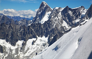 Alpinistes sur la crête, côté est du Massif du Mont Blanc depuis l'Aiguille du Midi (3842m), Haute Savoie, Alpes, France