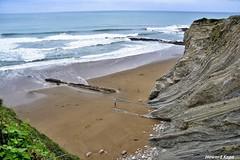 Playa de Itzurun. (Howard P. Kepa) Tags: euskadi paisvasco gipuzkoa zumaia flysch playadeitzurun olas rocas arena vegetacion
