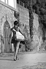 Shopping (Menschenlandschaften) Tags: frau street schwarzweis bw mensch menschenlandschaften