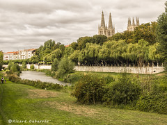 2412  Burgos_ (Ricard Gabarrús) Tags: burgos airelibre rio agua paisaje parque jardin olympus cesped ricardgabarrus ricgaba paseo catedral iglesia