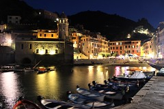 Cinque Terre / Vernazza (fragile_dreams) Tags: 5terre cinqueterre terre canon 600d night lights sea italy travell travel tour traveler summer laspezia