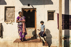 PATTADAKALL : SCÈNE DE RUE (pierre.arnoldi) Tags: inde india photographequébécois karnataka pattadakall photoderue photooriginale photocouleur photodevoyage canon tamron