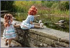 Anne-Moni und Sanrike ... hallo Schildkröte ... (Kindergartenkinder) Tags: grugapark essen gruga park nrw kindergartenkinder annette himstedt dolls sanrike garten annemoni