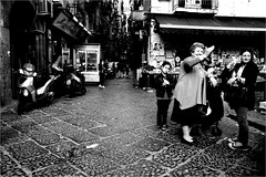 na_110 (la_imagen) Tags: sw bw blackandwhite siyahbeyaz monochrome street streetandsituation sokak streetlife streetphotography strasenfotografieistkeinverbrechen menschen people insan naples napoli neapel italy italia italien italya mercadopignasecca