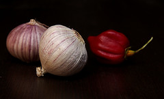(skloi) Tags: macromondays stayinghealthy garlic habanero red white black lowkey