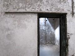 Ausbruch / Break (bartholmy) Tags: philadelphia pa fairmount easternstatepenitentiary gefängnis prison zelle gefängniszelle cell prisoncell tür door doorway apeelingpaint blätterfarbe bröckelputz flakyplaster minimal minimalism minimalismus minimalistisch abstrakt abstract