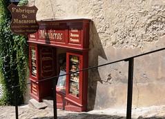 Village de Saint-Emilion, Gironde, France (Tsinoul) Tags: village saintémilion gironde france département33 bordelais vignobledesaintémilion nouvelleaquitaine tertredelatente magasin boutique macaron fabrique ruelle nikon d300 nikond300