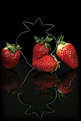 2017 Sydney: Strawberries (dominotic) Tags: 2017 food fruit reflection strawberry strawberries red strawberrybiscuitcutter smileonsaturday blackattheback sundaylights sydney australia fvf