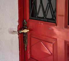 I see a red Door and.... (*Capture the Moment*) Tags: 2016 architektur bern berne bokeh doorknob fotowalk schweiz sommer sonne sonya7ii summer sun switzerland tür türen türklinke wetter zeissbatis1885 bokehlicious