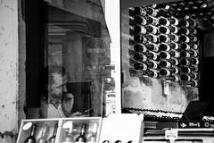 IMG_5210-1 (bass_nroll) Tags: canpon 5d mkii mk2 saintémilion dordogne aquitanie gironde bordeauz unesco vin vino vineria medoc bw bn black white man sitting bottiglie buteilles france francia
