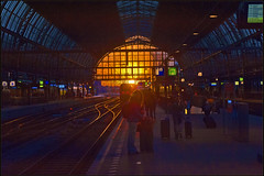 Lets go see a sunset in Amsterdam. Being there again, Amsterdam Central. No. 3232. (Izakigur) Tags: thenetherlands netherlands paysbas niederlande paesibassi paísesbajos paísesbaixos nederland holland نيديرلاند هولندا הולנד amsterdam 2017 nikond700 nikkor nikkor2470f28 twilight twilighttime coucherdesoleil ilpiccoloprincipe thelittleprince lepetitprince mainstation hauptbahnhof izakigur flickr summer sun light red 100faves 200faves 250faves 300faves 500faves topf500