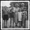 Archiv N699 Familie mit Hauskatze, 1960er (Hans-Michael Tappen) Tags: archivhansmichaeltappen familie familienportrait portrait kinder katze haustier mädchen jungen junge tochter sohn söhne eltern 1960er 1960s