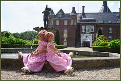 Am Brunnen vor dem Tore ... (Kindergartenkinder) Tags: schlossanholt dolls himstedt annette park kindergartenkinder sommer wasserburg sanrike tivi isselburg garten