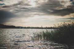 In Sichtweite, auf der anderen Seite des Sees liegt Fürstenberg. Viele, der in Ravensbrück inhaftierten Frauen mussten in den Betrieben in Fürstenberg und den umliegenden Ortschaften arbeiten.
