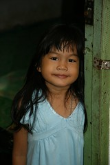 cute girl in a doorway (the foreign photographer - ฝรั่งถ่) Tags: cute girl child doorway khlong thanon portraits bangkhen bangkok thailand canon kiss