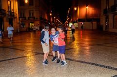 Cócegas (maxbsb) Tags: noite paisagens lisboa paisagensurbanas crianças alegria aoarlivre pessoas ruaaugusta portugal gabriel henrique joy kids landscapes night pedro wandréa pt