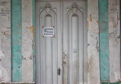(555/17) Soft touch. Wakes me up. (Pablo Arias) Tags: pabloarias photoshop photomatix nxd cuba arquitectura puerta letrero humor lahabana