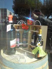 041 (en-ri) Tags: bottiglie bottles vetro bicchiere glass fiorellini arancione botte vetrina