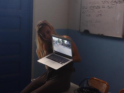 Julie montre aux élèves le reportage des petits Capellos