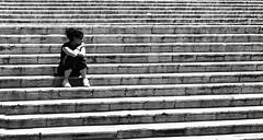 L'attesa (gianclaudio.curia) Tags: bianconero blackwhite pellicola kodak kodakhighspeed rodinal agfa nikon nikonfm3a nikkor10525 persone grana grafica gradini cameraoscura cartafotografica ilfordmultligradeivrcdeluxe ilford sicilia noto neroametà