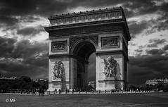 Before the rain (MF[FR]) Tags: samsung nx1 black white noir et blanc paris france îledefrance arc de triomphe nuage clouds