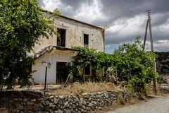 La vieille maison sous les nuages (Lucille-bs) Tags: europe grèce crète creta kriti laloumas maison ruine nuage poteau muret chemin route