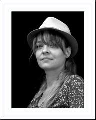 Jamais sans mon châpeau . . . (nickylechatreux) Tags: monochrome femme châpeau portrait
