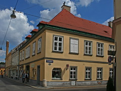 Street Corner in Hietzing (Wolfgang Bazer) Tags: hietzing wien vienna österreich austria strasenecke street corner