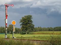 alte mechanische Technik in der Landschaft # (huki01) Tags: eisenbahnsignal flügelsignal
