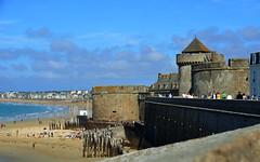 Saint-Malo (BrigitteChanson) Tags: saintmalo illeetvilaine bretagne breizh brittany remparts plage playa spiaggia beach