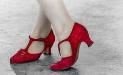 Les Petits Souliers qui Dansent (MichelGuérin) Tags: 2017 arrondissementdeverdun canada chaussure michelguérin montréal nikkor200500mmf56afseedvr nikond500 parcdelhonorablegeorgeoreilly québec red rouge shoe soulier © ca